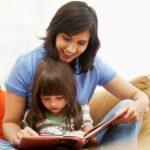 کودک و مادر در حال کتاب خواندن