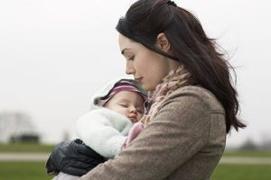 Mothers-and-baby-300x200 در آغوش کشیدن و بوسیدن کودک، ابزار رشد کودک